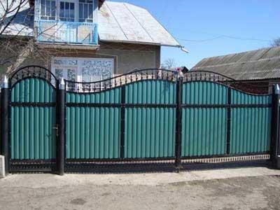 забор и ворота с применением профнастила